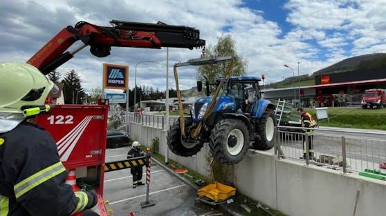 Der Traktor blieb bei der Absperrung hängen.