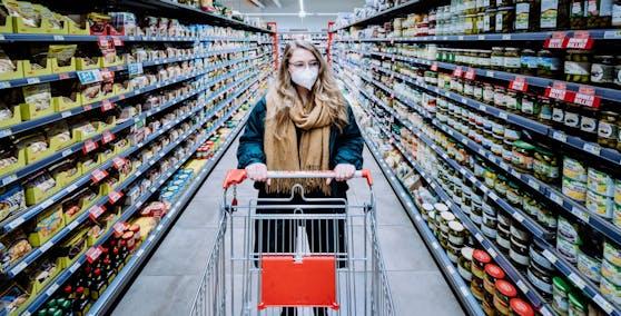 Die FFP2-Maskenpflicht beimEinkaufen im Supermarkt bleibt.