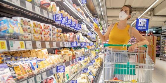 Blick in einen Supermarkt (Archivfoto). REWE-Gruppe und Lidl impfen noch im Mai ihre Mitarbeiter.