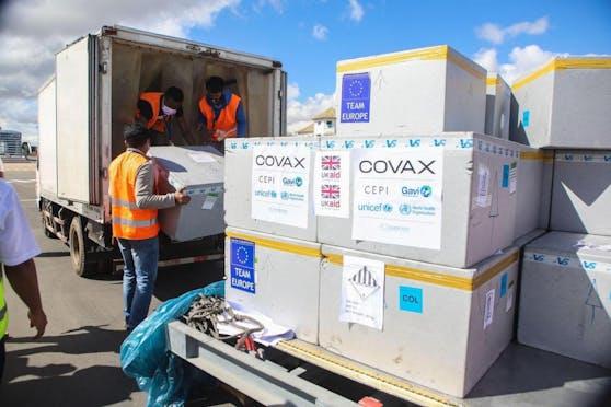 Die Covax-Initiative hat es sich zur Aufgabe gemacht, dass ärmere Länder Zugang zu Corona-Impfstoff erhalten.