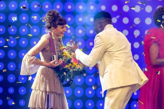 Fred gratuliert Anna zum Sieg.