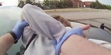 Polizist bricht alter Frau den Arm und lacht sie aus