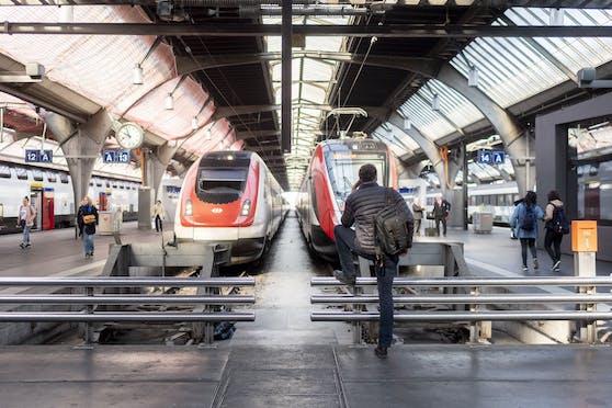 Am Züricher Hauptbahnhof hat sich am Freitag (07. Mai 2021) ein Tötungsversuch zugetragen. Ein 27-Jähriger stieß eine Frau vor den einfahrenden Zug. Die Notbremsung gelang, die Frau überlebte. Symbolbild.