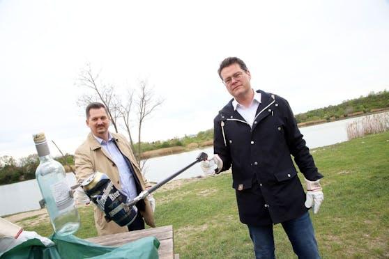 Bezirksvorsteher Marcus Franz und Klimastadtrat Jürgen Czernohorszky beim Müllsammeln am Wienerberg