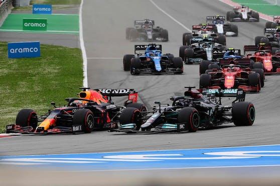 Verstappen überholt Hamilton in Kurve eins.