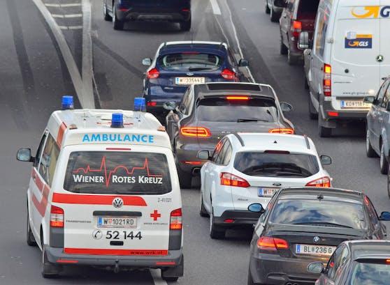 Rettungswagen im Stau auf der A22, Donauufer Autobahn (Archivfoto)