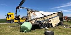 Lkw-Anhänger bei Zug-Crash völlig zerfetzt