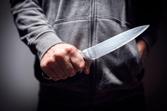Der einschreitende Helfer wurde mit einem Messer attackiert. (Symbolbild)