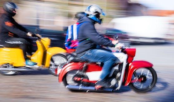 Der Moped-Lenker (15) hatte es eilig, stellte sich dann aber doch der Polizei. Symbolbild.
