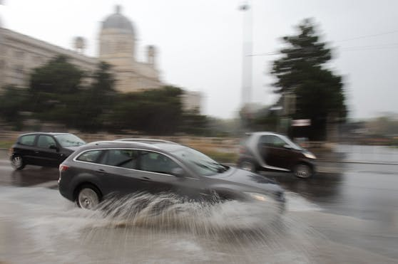 Durch Starkregen überflutete Straße am Museumsplatz in Wien. Symbolbild.
