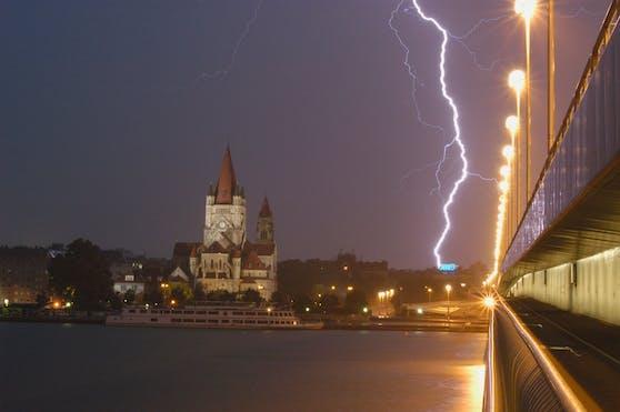 Gewitter bei der Reichsbrücke in Wien. (Symbolbild)