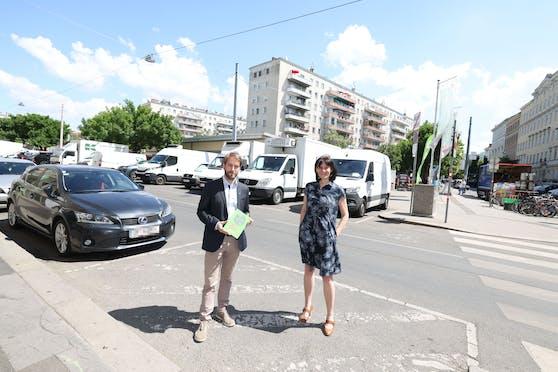 Stv. Bezirksvorsteherin Barbara Pickl mit Verkehrsexperten Ulrich Leth (TU Wien) am Hannoverplatz (Brigittenau)