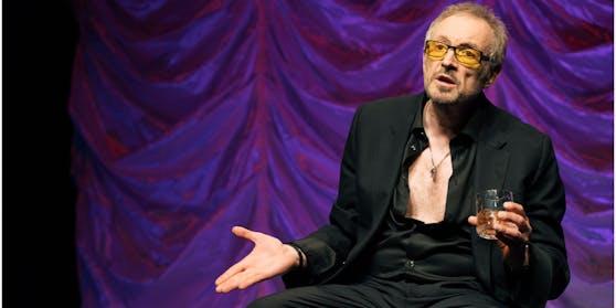 Brust raus (falls vorhanden), Bauch rein (falls möglich): Josef Hader so gut wie nackt und mit chicer Sonnenbrille.