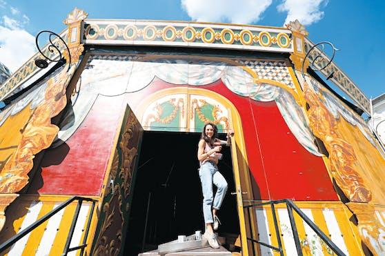 Maddalena Hirschal, Tochter von Gründer und Intendant Adi Hirschal, führt für das Lustspielhaus heuer erstmals Regie. Vor dem großen Auftritt wird am imposanten Barock-Zelt noch geschraubt.