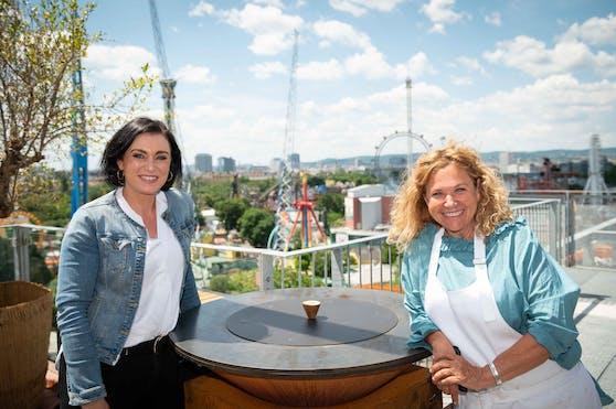 Tourismusministerin Elisabeth Köstinger (links) besuchte Gastronomin Haya Molcho im NENI am Prater.
