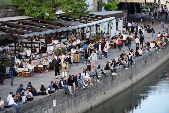 Viele Menschen haben mit der Pandemie bereits abgeschlossen: Menschenmassen am Wiener Donaukanal am 4. Juni 2021.