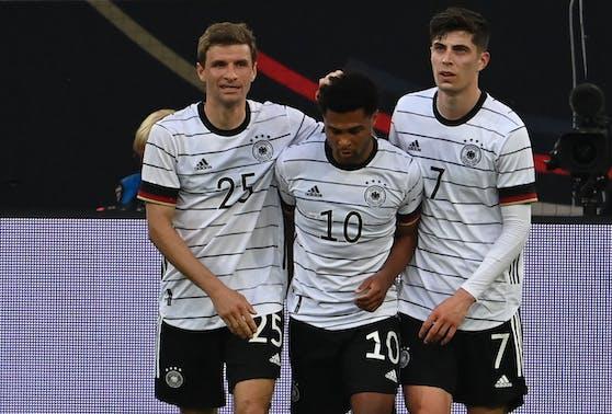 Thomas Müller, Serge Gnabry und Kai Havertz bejubeln das fünfte von sieben Toren gegen Lettland.