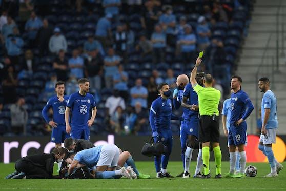 Antonio Rüdiger sieht Gelb, Kevin De Bruyne krümmt sich daneben vor Schmerzen.