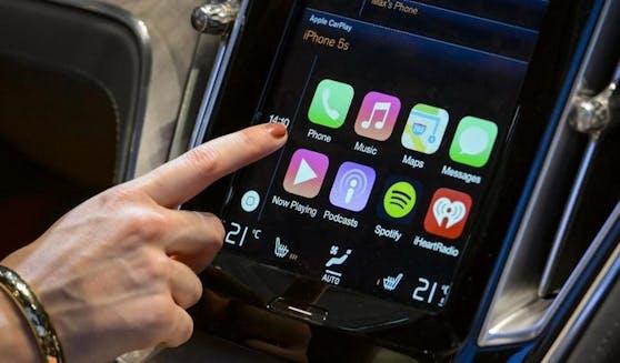 Der US-Technologiekonzern Apple engagiert einen ehemaligen BMW-Manager und unterstreicht damit seine Ambitionen bei der Entwicklung von selbstfahrenden Autos. (Symbolbild)