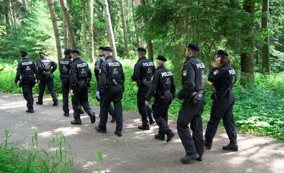 Nach dem Überfall auf eine 44-jährige Spaziergängerin fahndet die Polizei mit Hochdruck nach dem Täter.