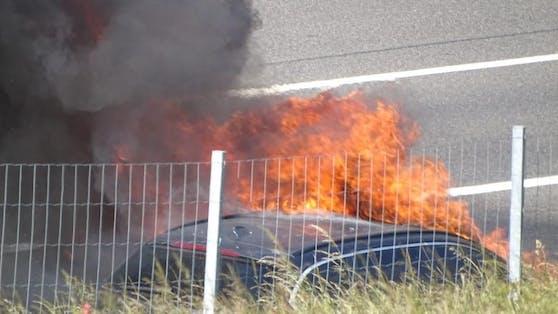 Auf der A1 stand ein Auto in Flammen.