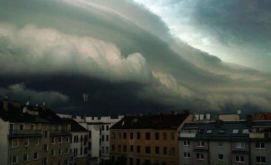 Eine Gewitterfront zieht über Wien. (Archivbild)