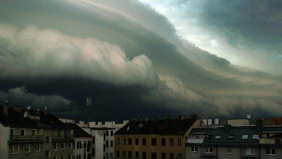 Eine Gewitterfront zieht über den Westen Österreichs.