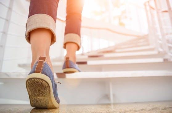 Treppen steigen trainiert die Kondition und die Oberschenkelmuskeln.