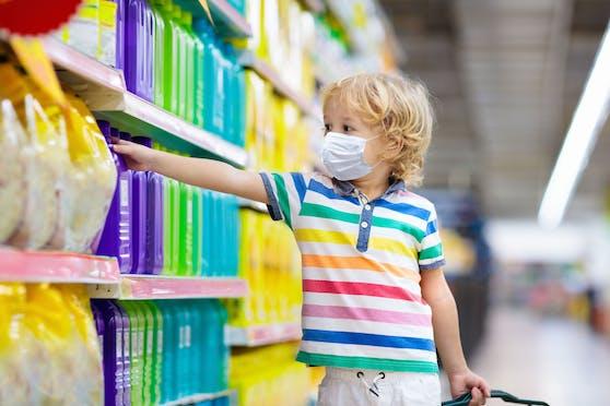 Ein kleiner Bub mit Schutzmaske in einem Supermarkt. (Symbolbild)