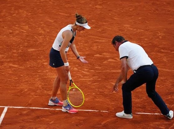 Krejcikova diskutiert mit Schiedsrichter Bacchi über den Abdruck.