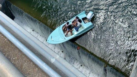 Helfer retten Boot am Abgrund einer Schleuse