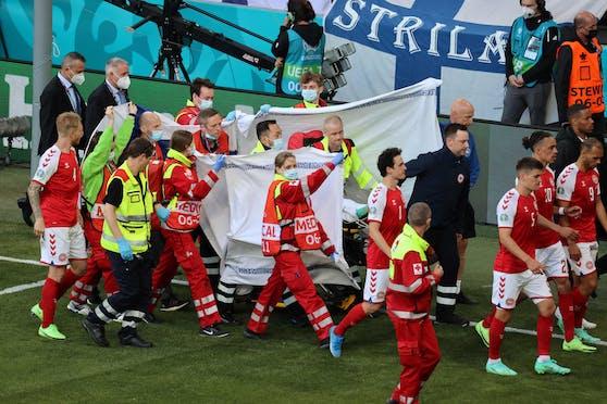 Christian Eriksen wird abtransportiert
