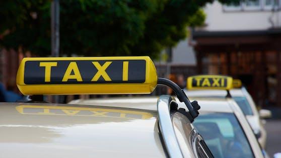 Ein Taxifahrer im Bezirk Braunau soll am Samstag von einem 20-Jährigen mit einer Schusswaffe bedroht worden sein.