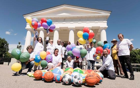Aktivisten der Plattform RESPEKT mit Luftballons und Banner vor Theseus-Tempel im Volksgarten.