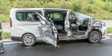 Kleinbus bei Crash auf A2 aufgerissen - zwei Verletzte
