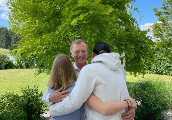 LH Thomas Stelzer umarmt seine Kinder Leni und Luki.