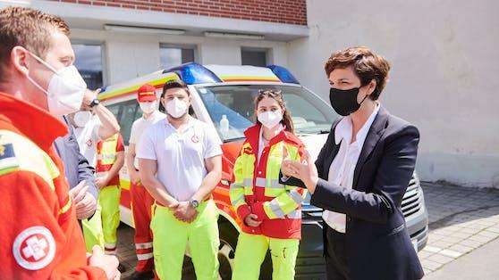 Rendi-Wagner bei einem Besuch der Einsatzzentrale des Samariterbundes in Wien-Fünfhaus