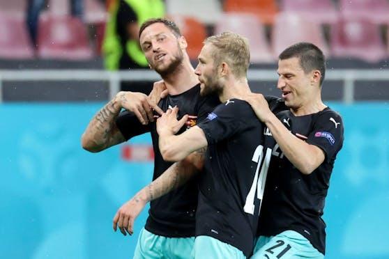 Marko Arnautovic feiert sein Tor mit Konrad Laimer und Stefan Lainer.