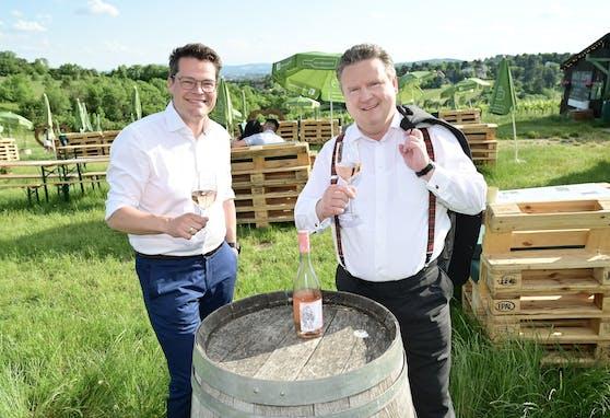 Die Stadt verlängert die Ausweitung der Öffnungszeiten für Wiens Buschenschanken. Umweltstadtrat Jürgen Czernohorszky (l.) und Bürgermeister Michael Ludwig (beide SPÖ) stießen am Nussberg (Döbling) darauf an.