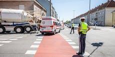 Radfahrerin von Lkw überrollt und gestorben