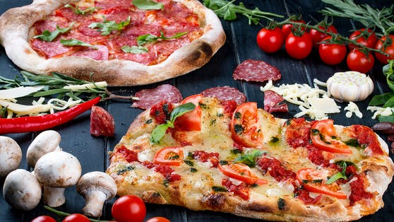 Statt Pizza (hinten) will die Italo-Kette in Deutschland jetzt mit der Pinsa (vorne) punkten.
