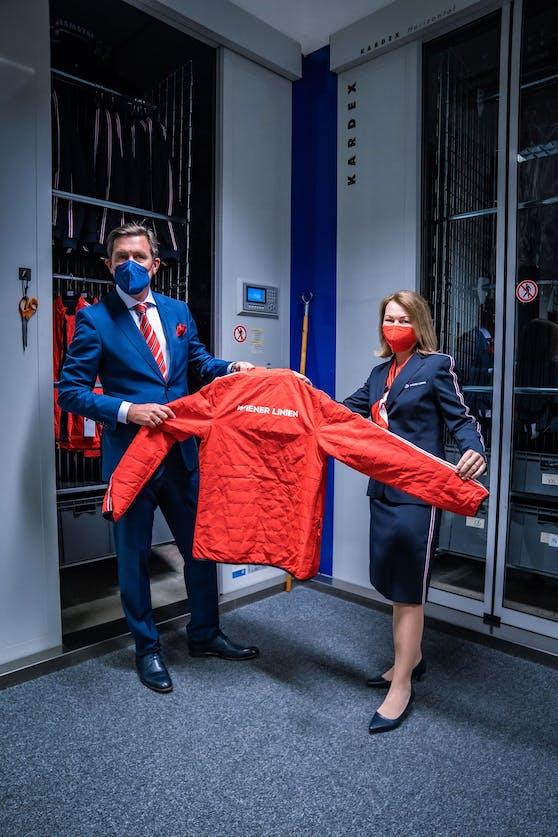 Ab heute werden die neuen Uniformen an die Mitarbeiter der Wiener Linien ausgegeben. Zum Start halfen auch Öffi-Stadtrat Peter Hanke (SPÖ) und Wiener Linien-Geschäftsführerin Alexandra Reinagl mit.