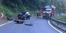 Biker bei Sturz gegen Auto schwer verletzt