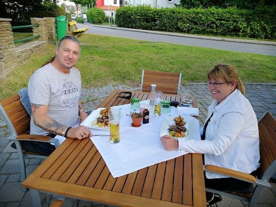 Karl und Andrea-Carmen genießen ihr Abendessen in der Gaststätte Figl.