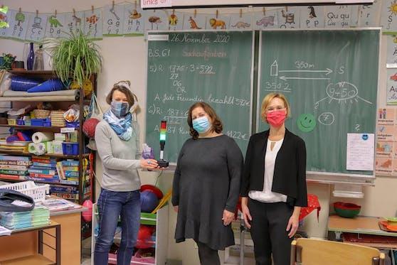 Vorsteherin Halbwidl (r.) mit Direktorin Kaufmann (M.) und einer Lehrerin (Archivbild Dezember 2020).