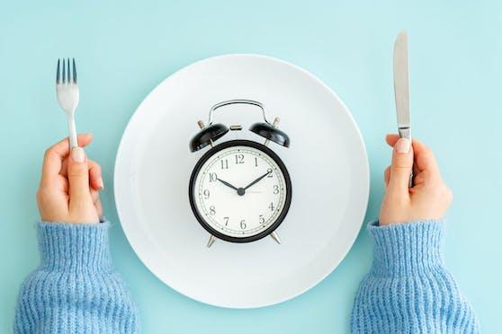 Essen nach der Uhr. Es gibt verschiedene Varianten des Intervallfastens.