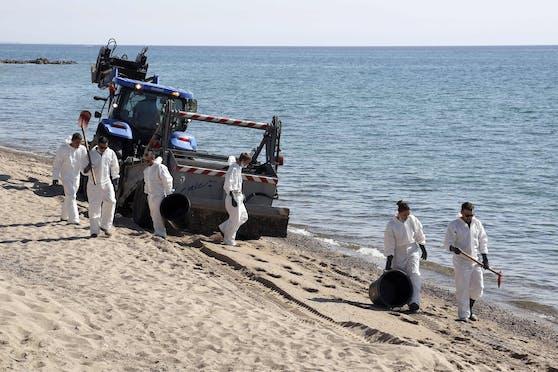 Einsatzkräfte reinigen Strand und Meer von Öl (14. Juni 2021).