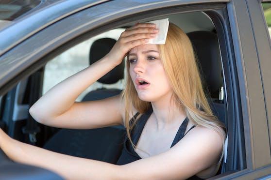 Im Auto wird die Sommerhitze ohne Klimaanlage schnell unerträglich. Symbolbild