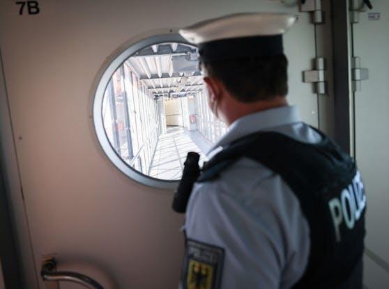 Ein Beamter der Flughafenpolizei Hamburg. Symbolbild