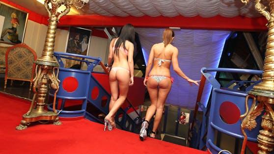 Zwei Prostituierte bei der Arbeit.